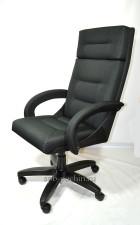 Черное кресло руководителя с мягкими локтями КР-7  тканевое