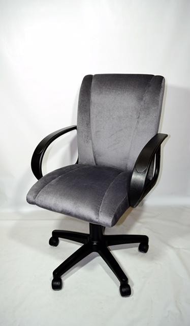Серое компьютерное кресло